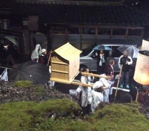 雨の中、大滝神社に向かう神輿